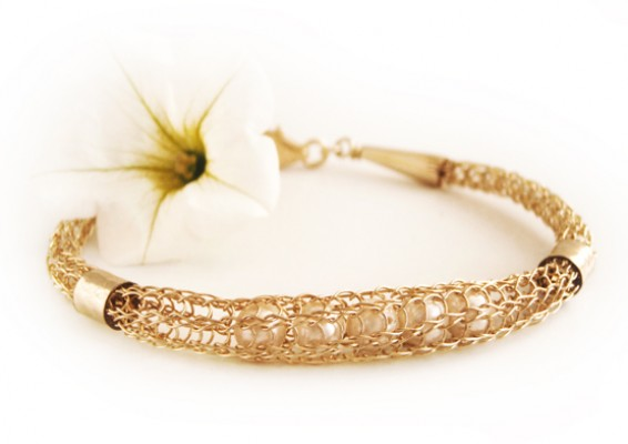 Stunning 14Kt Gold filled Bracelet with white Pearls